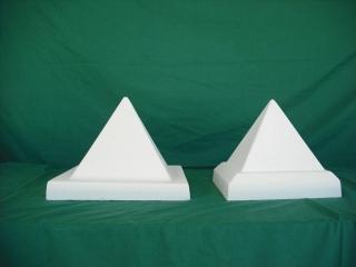 De izquierda a derecha: Pirámides 26x26x21cm; 22x22x20 cm. - Balaustre Sol
